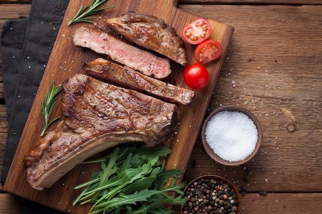 Grillowany stek wołowy z kowbojem.