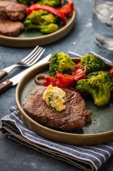 Grillowany stek wołowy z masłem czosnkowym i warzywami