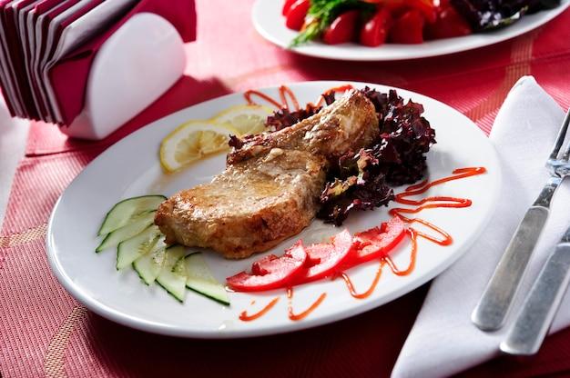Grillowany stek wołowy z polędwicy wołowej w plastrach zielona sałatka.