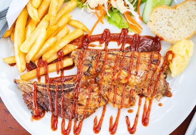 Grillowany stek wołowy z sałatką na talerzu