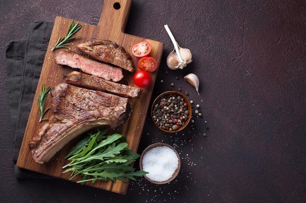 Grillowany stek wołowy z wołowiny.