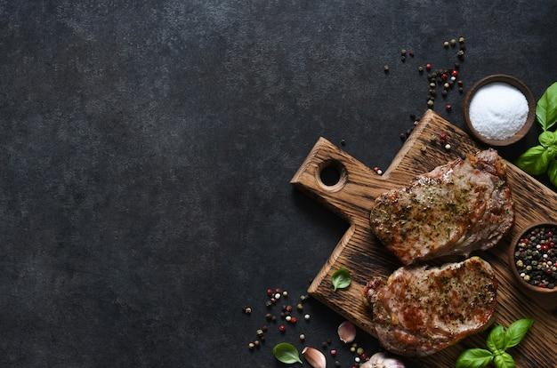 Grillowany stek wołowy z ziołami i przyprawami. widok z góry z miejscem na skopiowanie tekstu