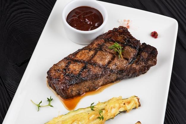 Grillowany Stek Z Czarnego Angusa W Nowym Jorku Premium Zdjęcia