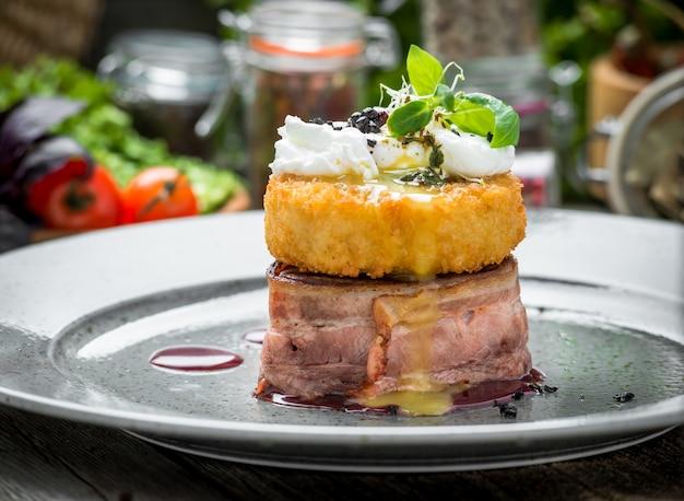 Grillowany stek z grilla zawijany w szynkę parmeńską