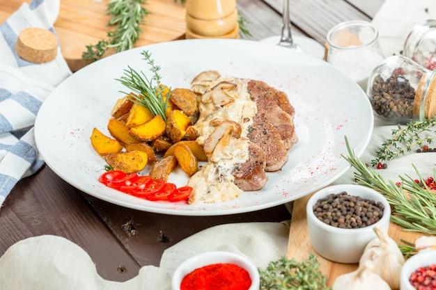 Grillowany stek z klinami ziemniaczanymi