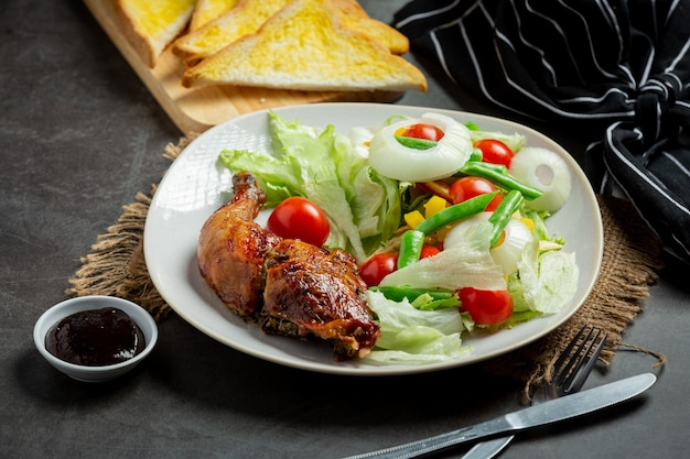 Grillowany stek z kurczaka i warzywa na ciemnym tle
