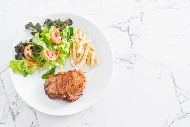 Grillowany stek z kurczaka z frytkami i surówką warzywną