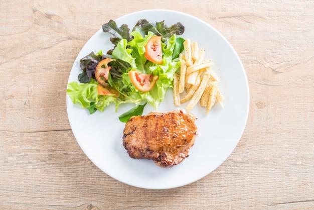 Grillowany stek z kurczaka z frytkami i surówką
