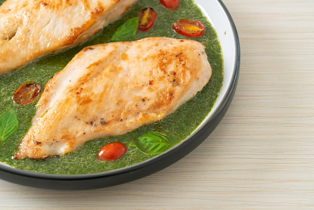 Grillowany stek z kurczaka z sosem pesto i pomidorami