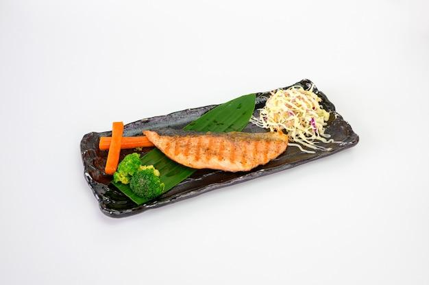 Grillowany stek z łososia wędzony z warzywami na talerzu