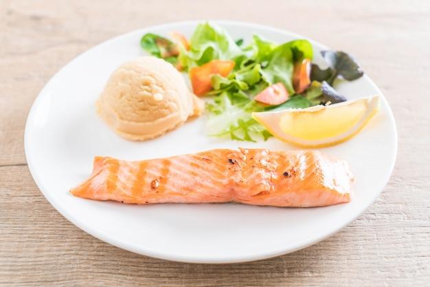 Grillowany stek z łososia z puree ziemniaczanym i warzywami
