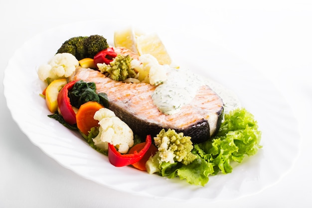 Grillowany stek z łososia z sosem warzywno-cytrynowym
