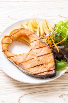 Grillowany stek z łososia z warzywami na talerzu