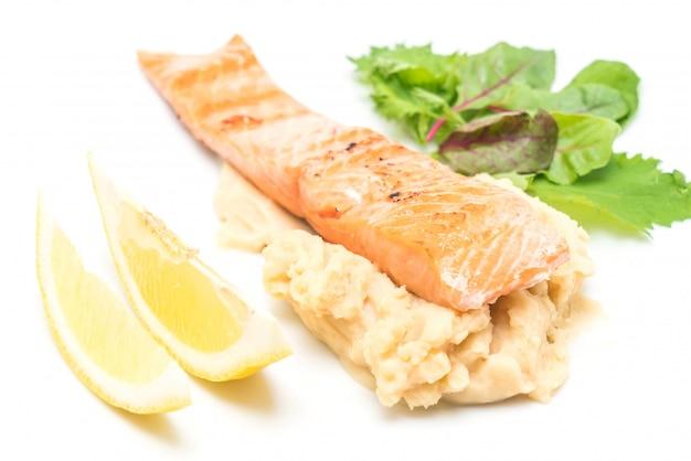 Grillowany stek z łososia z zacieru ziemniaczanym i sałatką warzywną