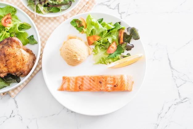 Grillowany stek z łososia z ziemniakami z puree i warzywami