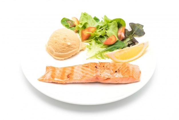 Grillowany stek z łososia z ziemniakami zacieru i sałatką z warzyw