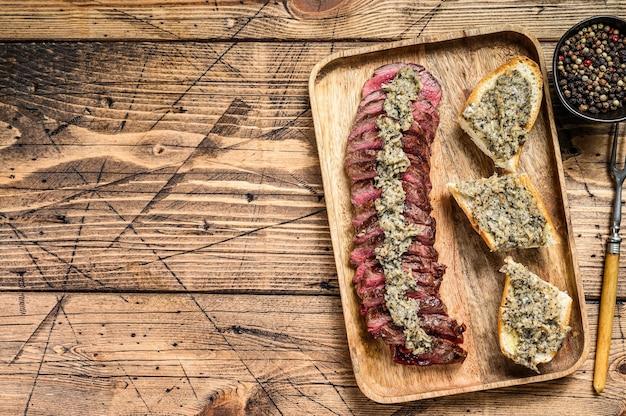 Grillowany stek z maczety lub spódniczki wołowej.
