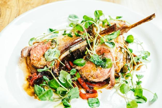 Grillowany stek z mięsa jagnięcego