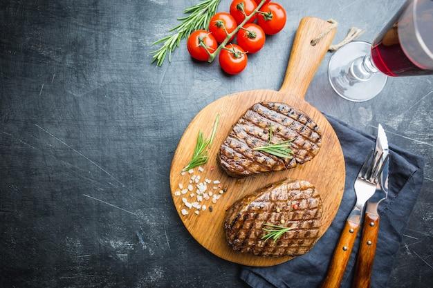 Grillowany stek z mięsa marmurkowego filet mignon z przyprawami. soczysty stek wołowy na deska do krojenia, widok z góry.