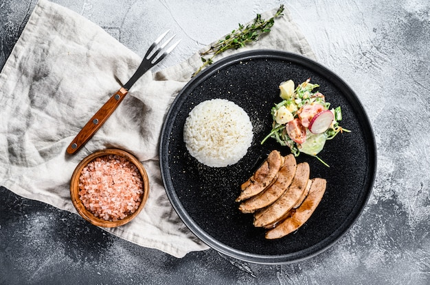 Grillowany stek z piersi indyka z dodatkiem ryżu. widok z góry.