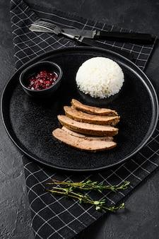 Grillowany stek z piersi z indyka z dodatkiem ryżu. widok z góry
