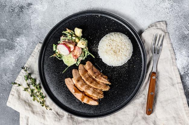Grillowany stek z piersi z indyka z dodatkiem ryżu.