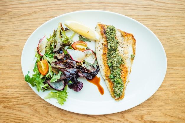 Grillowany stek z ryby bas morze mięso z warzyw