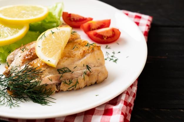Grillowany stek z ryby lucjan