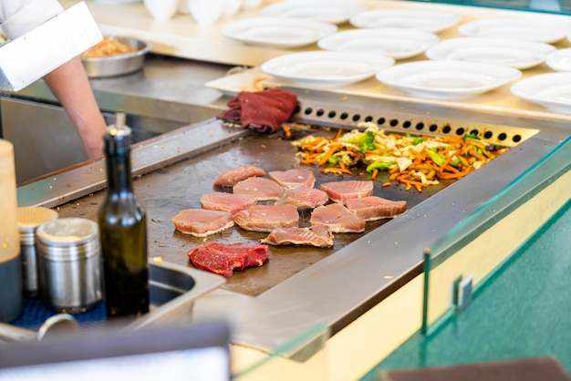 Grillowany stek z tuńczyka na patelni