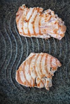 Grillowany stek ze świeżego tuńczyka na patelni, widok z góry
