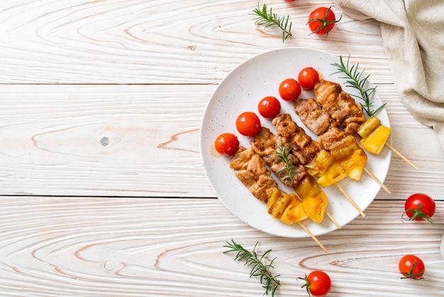 Grillowany szaszłyk wieprzowy z grilla na talerzu