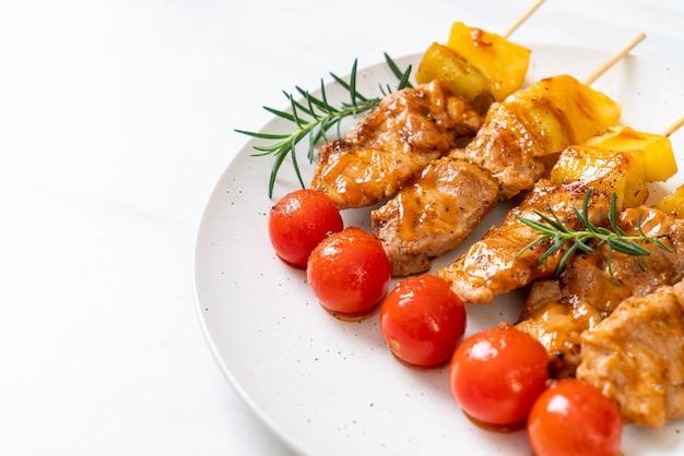 Grillowany szaszłyk wieprzowy z grilla