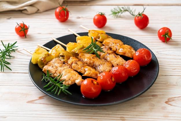 Grillowany szaszłyk z kurczaka z grilla na talerzu