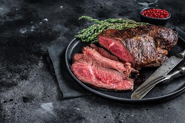 Grillowany wieszak lub stek z wołowiny onglet na talerzu z tymiankiem