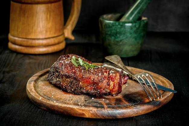 Grilluj soczysty stek z kości wołowej z solą, pieprzem i rozmarynem