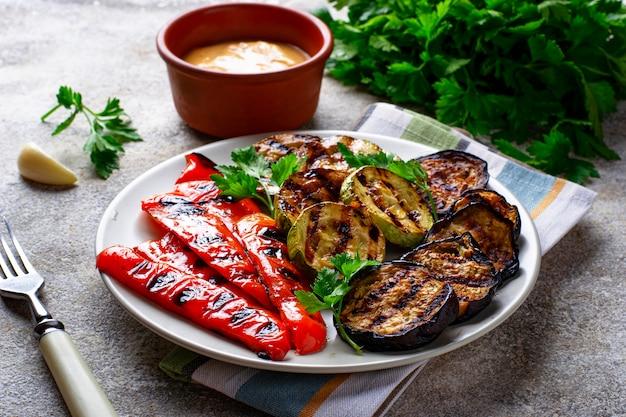 Grilowane warzywa. letnie wegańskie jedzenie