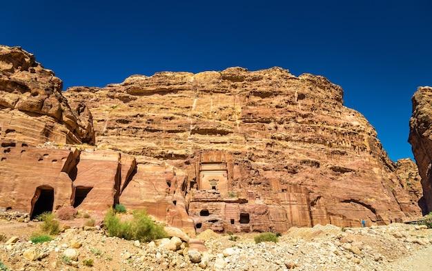 Grobowiec aneisho w starożytnym mieście petra. miejsce dziedzictwa unesco w jordanii