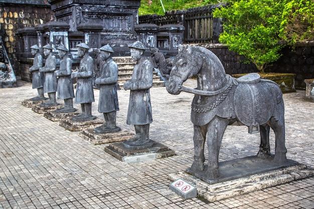 Grobowiec khai dinh z gwardią honorową manadarin w hue
