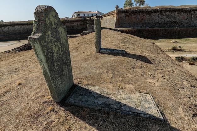 Groby żołnierzy z xix wieku starożytne mury w almeida portugalia