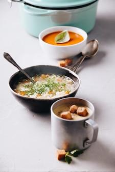 Groch, pomidor, zupy jarzynowe i składniki na betonowym tle