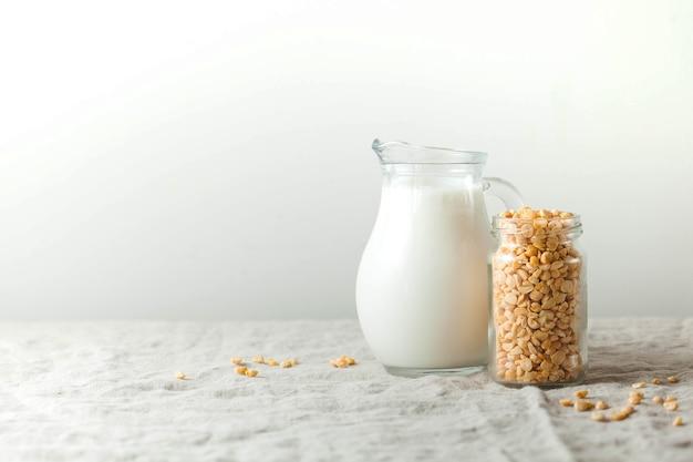 Groch warzywny w mlecznym dzbanku i groszek w słoiku produkt bezglutenowy bezlaktozowy miejsce na kopię