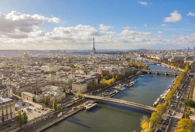 Gród paryża. widok z lotu ptaka na centrum miasta