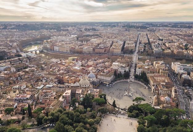 Gród rzymu. widok z lotu ptaka na piazza del popolo i rzekę tyber