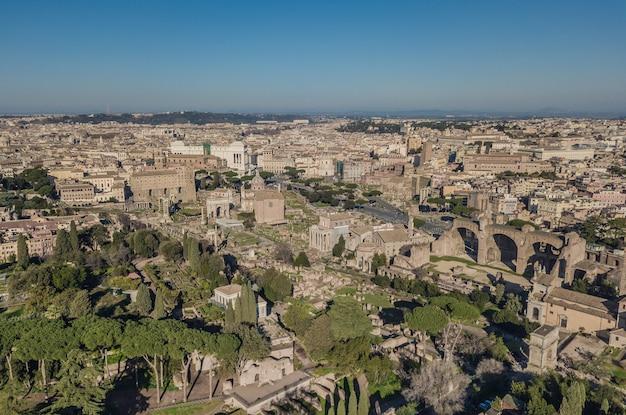 Gród rzymu. widok z lotu ptaka na starożytne rzymskie ruiny