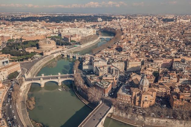 Gród rzymu, widok z lotu ptaka. zamek św. anioła, mosty i tyber