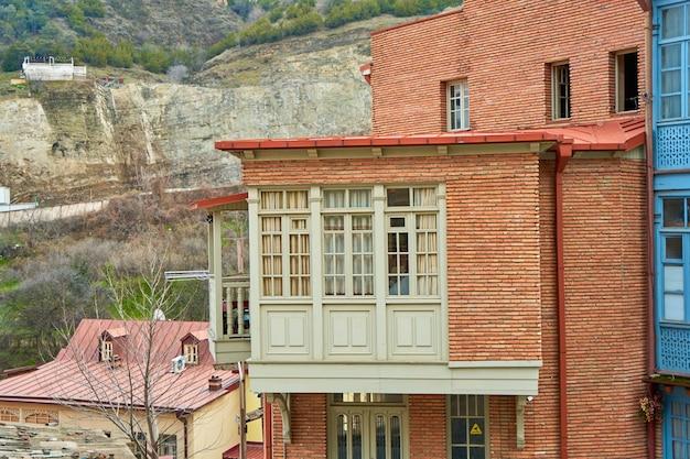 Gród starego miasta tbilisi. balkon starego budynku. dusza i atmosfera gruzji.