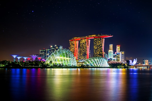 Gród w nocy w singapurze.