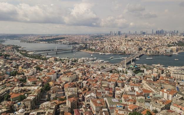 Gród w stambule. znany jako konstantynopol i bizancjum, jest najbardziej zaludnionym miastem w turcji i gospodarczym, kulturalnym i historycznym centrum kraju