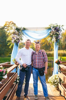 Grodno, białoruś - 02 października: dwóch fotografów na ceremonii ślubnej pozowanie podczas warsztatów w kompleksie dworsko-parkowym na 02 października 2016 r. w radziwiłkach, białoruś