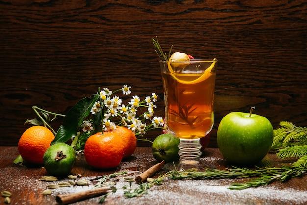 Grog. gorący napój na zimę lub jesień. pikantny koktajl z herbatą i rumem